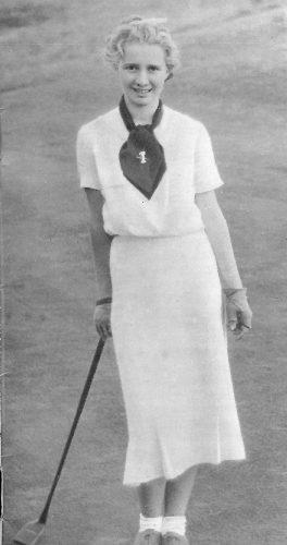 """Joueuse de golf dans les années 1930, en situation avec un putter """"piano"""""""