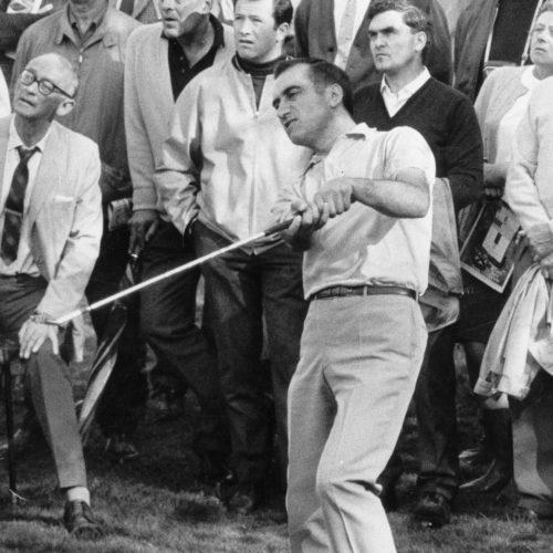 photo originale de Jean Garaialde prise le 09 Octobre 1969 au 7ème trou pendant son match contre Gary Player (Afrique du Sud) au Piccadilly World Match (Wentworth) - Central Press Photo