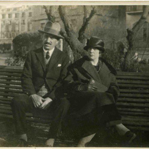 Sélina et Jean Gassiat à Biarritz en 1906. Sélina est l'épouse de Louis Gassiat, née à Wimbledon, orpheline de ses parents à 11 ans, placée dans un orphelinat où elle a été remarquée pour devenir la demoiselle de compagnie d'une riche Anglaise qui venait faire un séjour en France. Elle devait repartir en Angleterre mais Louis Gassiat l'épousa en 1907 et lui demanda de rester en France.