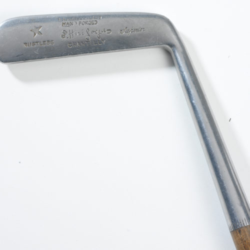 Club de golf ancien des années 1920 avec shaft en bois d'hichory, estampillé par le pro de l'époque HIRIGOYEN. Il s'agit d'un putter fabriqué par Gibson à Kinghorn en Ecosse.