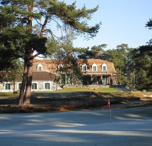 Vallière green N° 8. Au fond le Club-House
