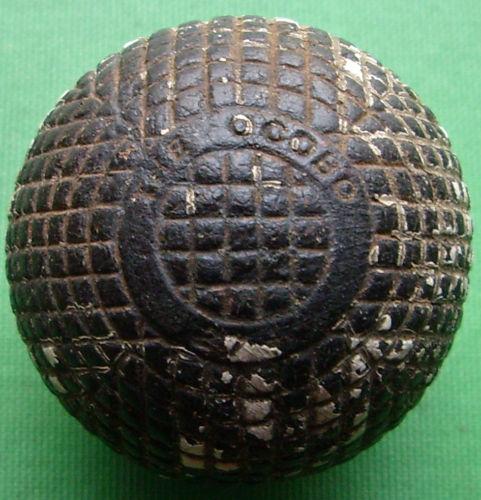 Balle en gutta percha de marque ocobo de 1890 noircie avec le temps